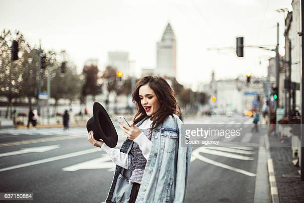 girl on city street - ijdel stockfoto's en -beelden