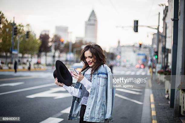 Mädchen auf Stadt-Straße