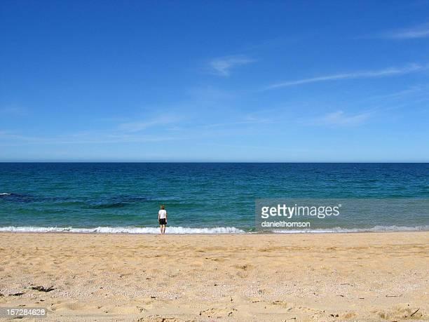 Mädchen auf leeren Strand