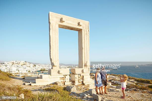 girl on holidays taking picture of her parents - naxos stockfoto's en -beelden