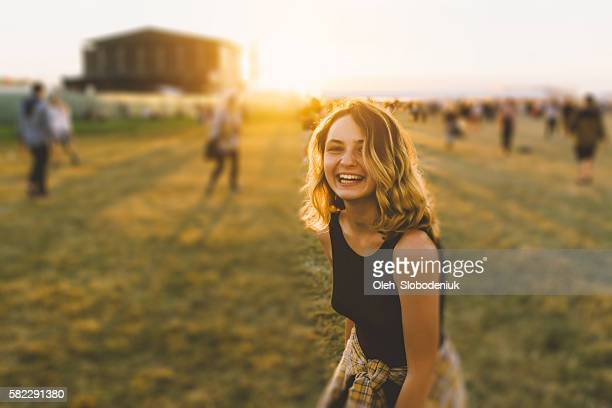 girl on music festival - music festival stock pictures, royalty-free photos & images