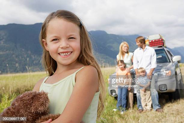 girl (5-7 years) on road trip with family, smiling, portrait, close-up - 30 39 years photos et images de collection