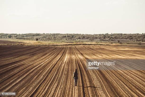Chica en el campo con rayas
