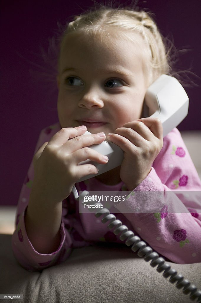 Girl (3-4) on the phone : Stockfoto