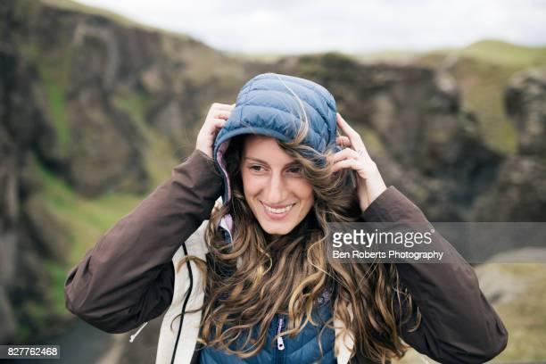 girl on windy mountain - jacke stock-fotos und bilder