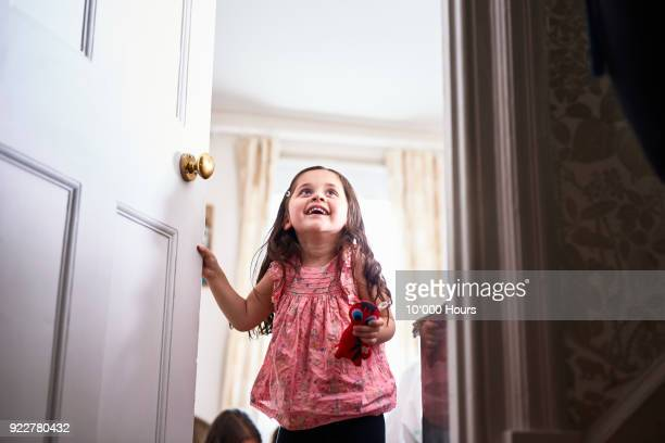girl opening door - deur stockfoto's en -beelden