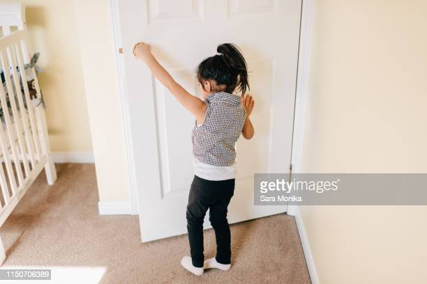 girl opening nursery door, rear view - open blouse - fotografias e filmes do acervo