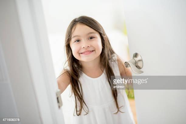 Ragazza aprire la porta della camera