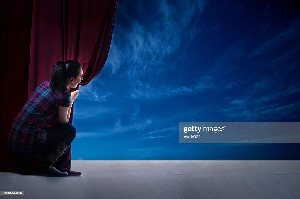 girl abre la cortina y la entrada en el mágico mundo : Foto de stock