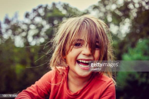 jeune fille à l'extérieur - rire photos et images de collection