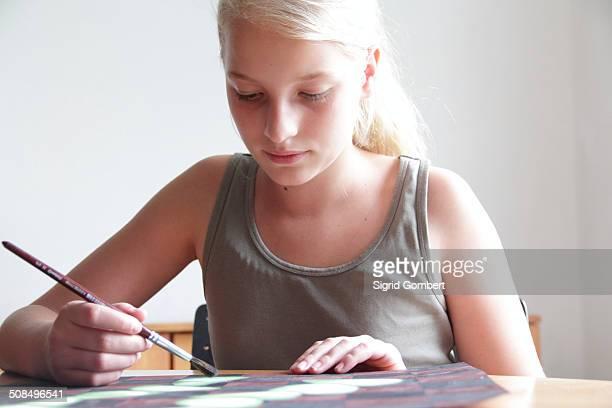 girl painting a picture - sigrid gombert stockfoto's en -beelden