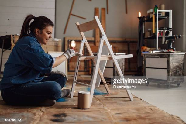 chaise de peinture de fille - furniture photos et images de collection