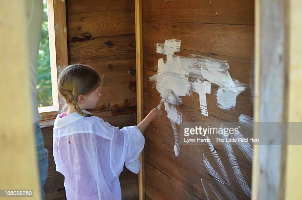 girl painting playhouse - lynn pleasant photos et images de collection