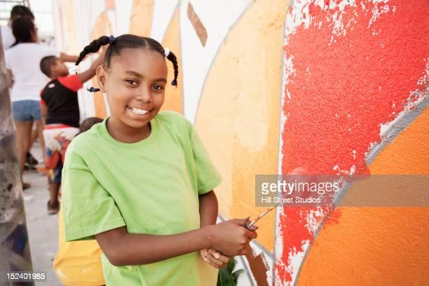 girl painting wall - pintar mural fotografías e imágenes de stock