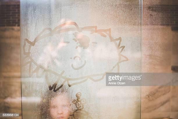 girl peeking through foggy shower door - fille sous la douche photos et images de collection
