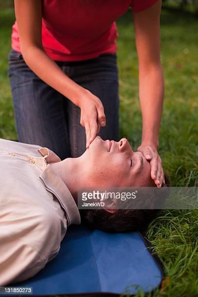 Mädchen performing Erste Hilfe auf ein Mann