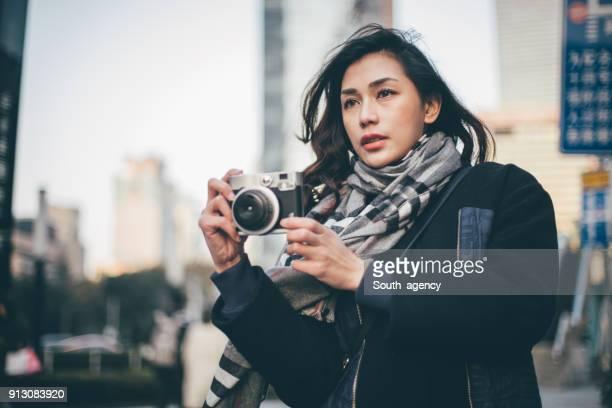 ダウンタウンの女の子の写真 - ジャーナリスト ストックフォトと画像