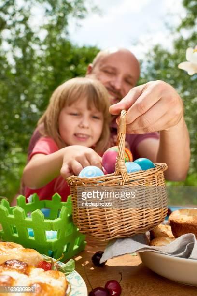 mädchen picking ostereier - osternest stock-fotos und bilder