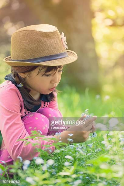 Mädchen pflücken Blumen