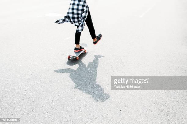 a girl playing a skateboard - yusuke nishizawa stock-fotos und bilder