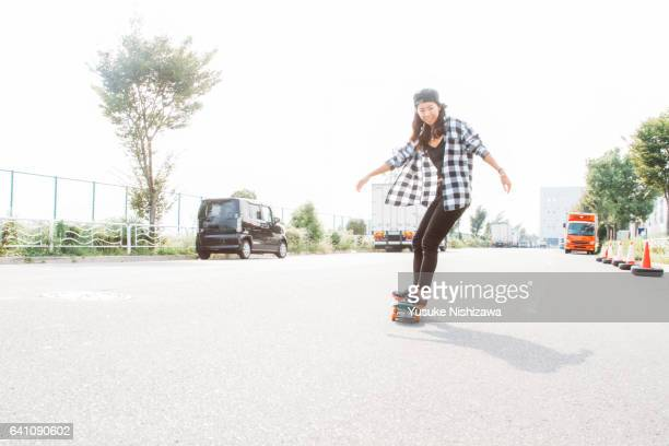 a girl playing a skateboard - yusuke nishizawa stock pictures, royalty-free photos & images