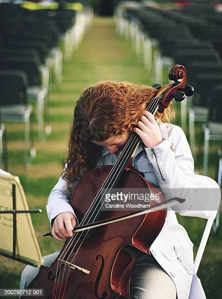 girl (10-12) playing cello - caroline roux photos photos et images de collection