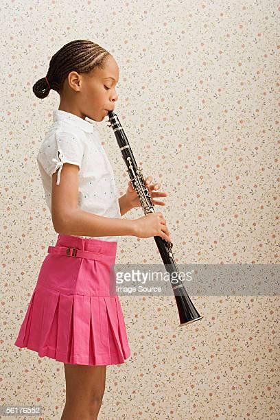 girl playing clarinet - clarinetto foto e immagini stock