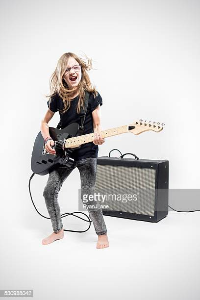 mädchen spielt e-gitarre - verstärker stock-fotos und bilder