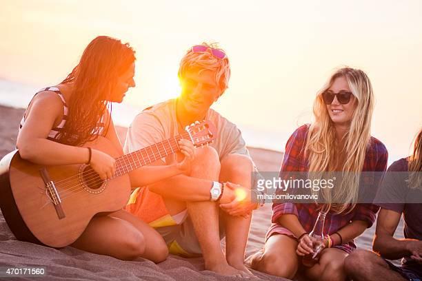 Fille jouant de la guitare sur la plage
