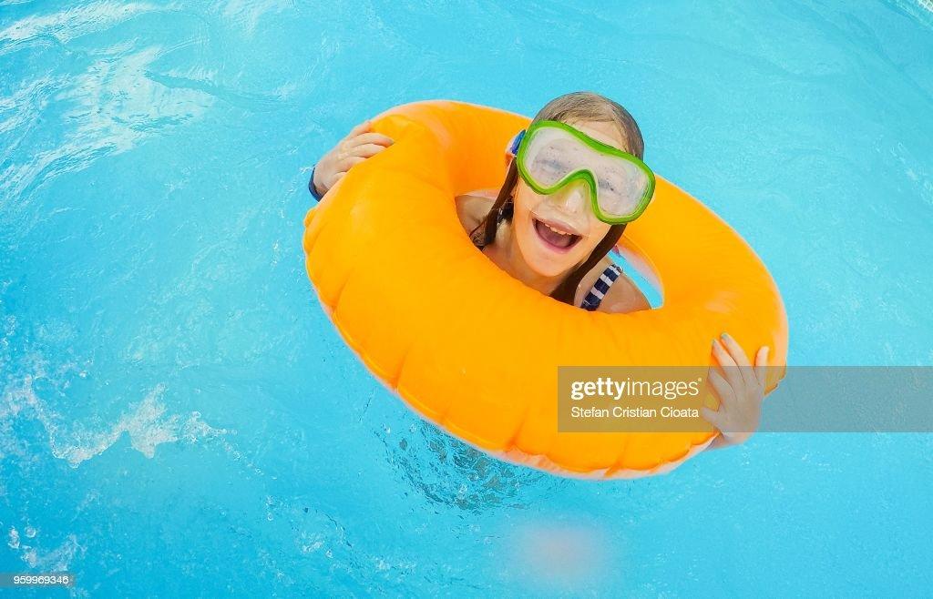 Girl playing in the pool : Stock-Foto