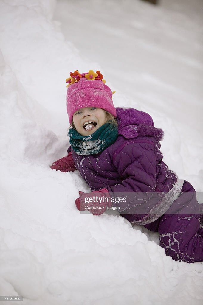 Girl playing in the snow : Stockfoto