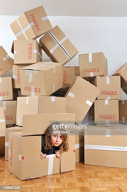 girl playing inside a cardboard box - demenagement humour photos et images de collection