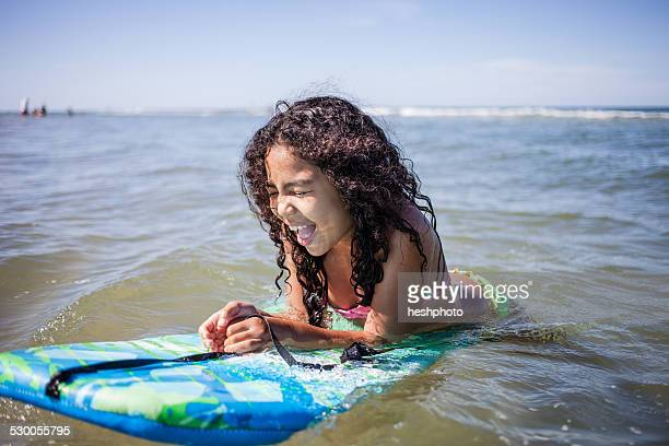 girl playing on bodyboard, truro, massachusetts, cape cod, usa - heshphoto stockfoto's en -beelden