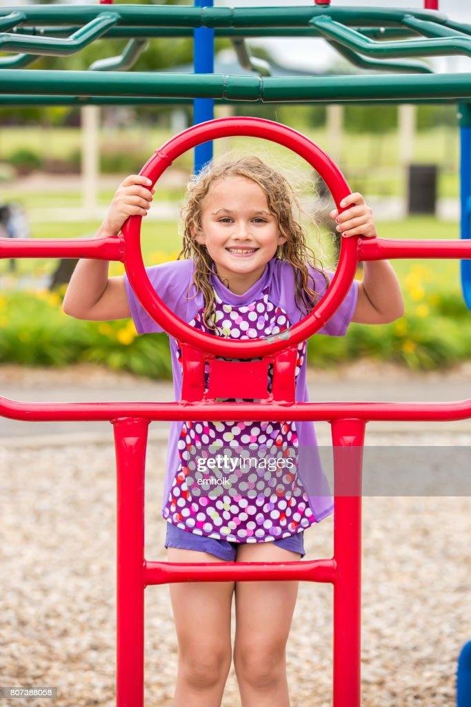 fille jouant sur laire de jeu jungle gym photo - getty images