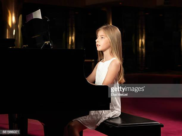 girl playing piano on stage - tranquil scene photos et images de collection