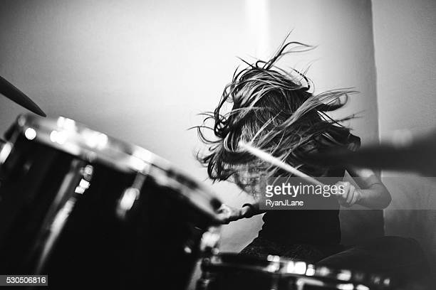 girl playing rock and roll drums - opstand stockfoto's en -beelden