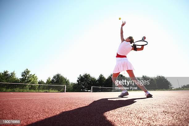 girl playing tennis - saque deporte fotografías e imágenes de stock