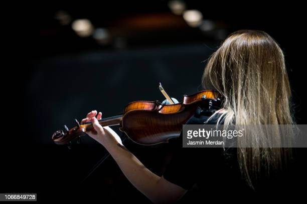 girl playing the violin in concert hall - orquestra - fotografias e filmes do acervo