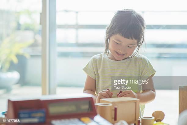 自宅で一緒に遊ぶ女の子 - 4歳から5歳 ストックフォトと画像