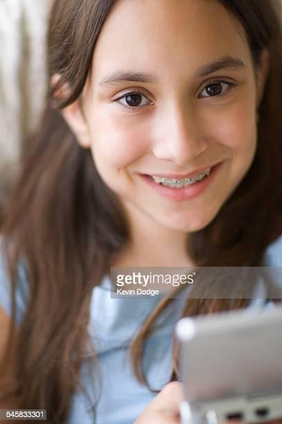 girl playing video game - alleen tienermeisjes stockfoto's en -beelden