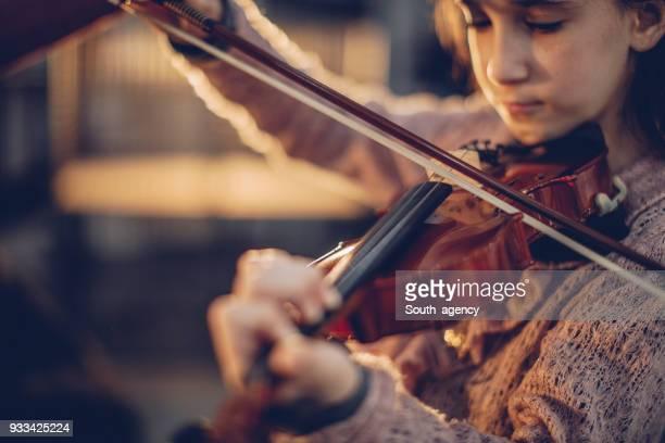 niña tocando violín - violin fotografías e imágenes de stock