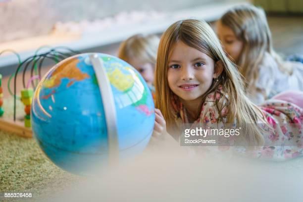 Mädchen spielen mit Globus