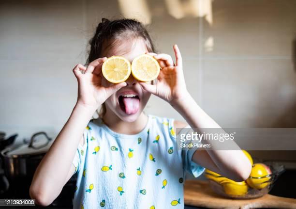 レモンで遊ぶ女の子 - 免疫系 ストックフォトと画像