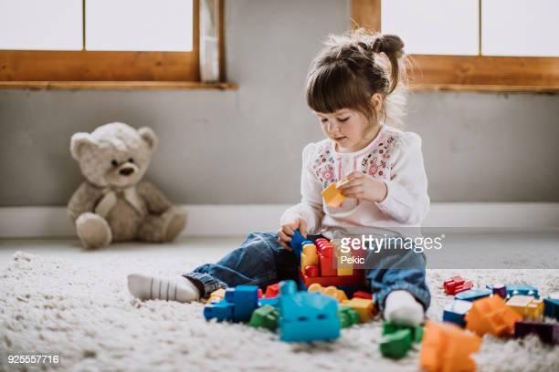 Mädchen spielen mit Kunststoffblöcke