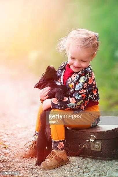 Mädchen spielt mit Welpen
