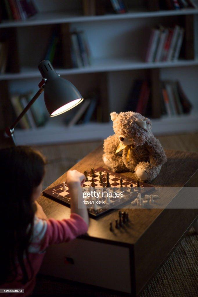 Mädchen spielt Schach : Stock-Foto