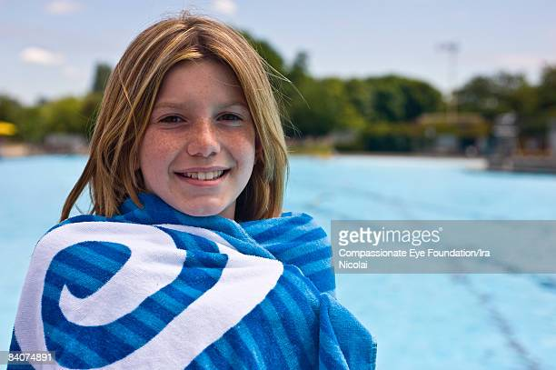 "girl portrait by pool side, wrapped in towel - ""compassionate eye"" - fotografias e filmes do acervo"