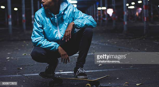 fille posant sur skateboard - veste noire photos et images de collection