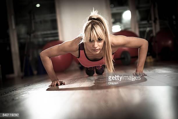 Chica potencia intramuscular mujer haciendo push ups