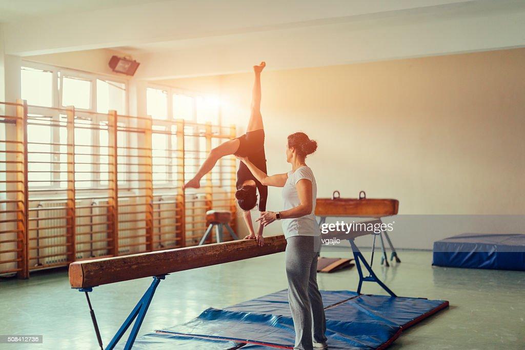 Fille de pratiquer la gymnastique : Photo